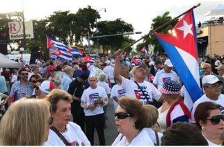 Cubanos en el exilio recogen firmas en Miami para enjuiciar a Raúl Castro por crímenes de lesa humanidad
