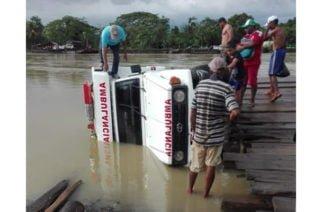 En Valencia ambulancia se salió de un  planchón y cayó en el río Sinú