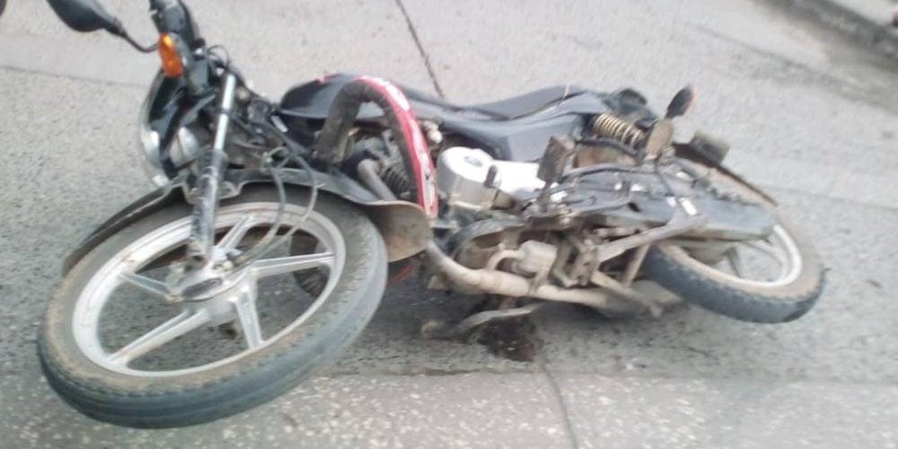 Hombre y mujer resultan heridos al estrellarse en una moto en Montería