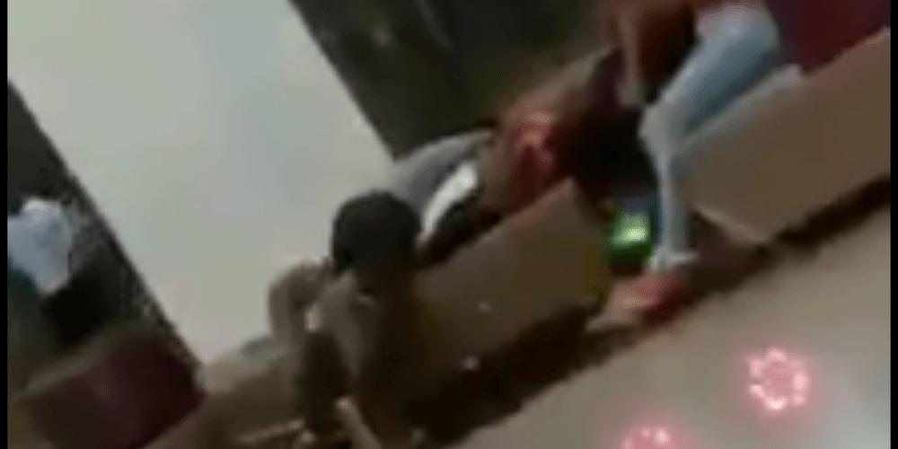 Se encienden las redes por video de dos jóvenes acostados y besándose en C.C. Buenavista