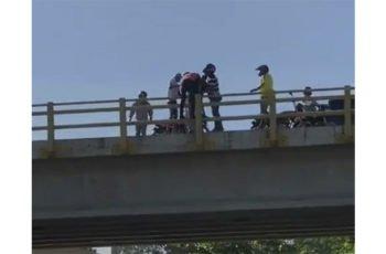 En video: Un joven intentó suicidarse arrojándose del puente de la 29 con Circunvalar