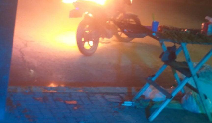 En video: Voraz incendio consume motocicleta frente a discoteca en Montería
