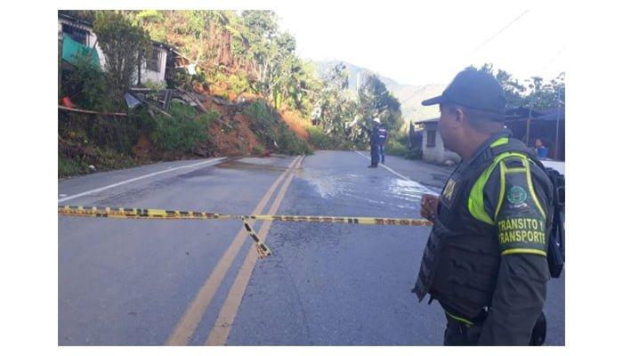 Por deslizamientos en la vía Medellín-Montería restringen el paso vehicular