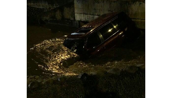 En video: Un carro cayó a canal de la calle 41 durante vendaval de este lunes en Montería