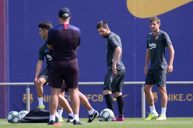 Barcelona's Argentine forward Lionel Messi (C) takes part in a training session at the Joan Gamper Sports City training ground in Barcelona on September 16, 2019 on the eve of the UEFA Champions League Group F football match between Borussia Dortmund and Barcelona. (Photo by PAU BARRENA / AFP)