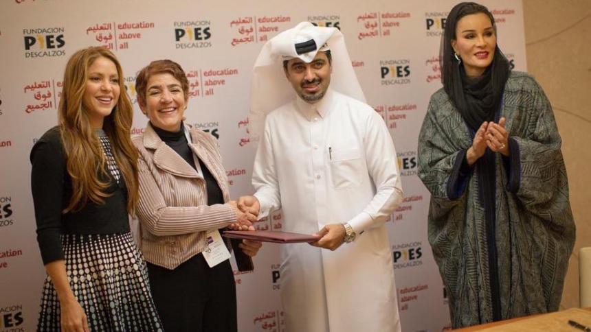 Shakira junto a Patricia Sierra (Pies Descalzos), el exemir Hamad bin Khalifa y Sheikha Moza bint Nasser.