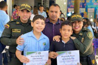 Policía condecoró directivas y entregó distinciones a estudiantes de 'Semillero de Periodismo'