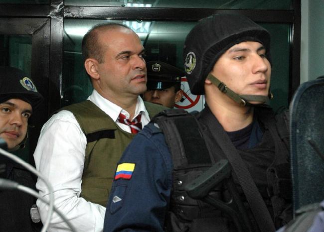Salvatore Mancuso siendo custodiado