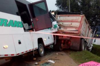 Un bus se estrelló contra una volqueta en Bogotá y dejó dos muertos y 40 heridos