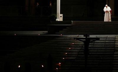 Papa Francisco encabezó la procesión del viacrucis en la Plaza de San Pedro  vacía - Diario La Piragua
